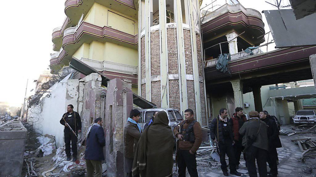Afghanische Sicherheitskräfte vor der spanischen Botschaft in Kabul. Durch einen Taliban-Angriff in unmittelbarer Nähe starben vier afghanische und zwei spanische Polizisten.