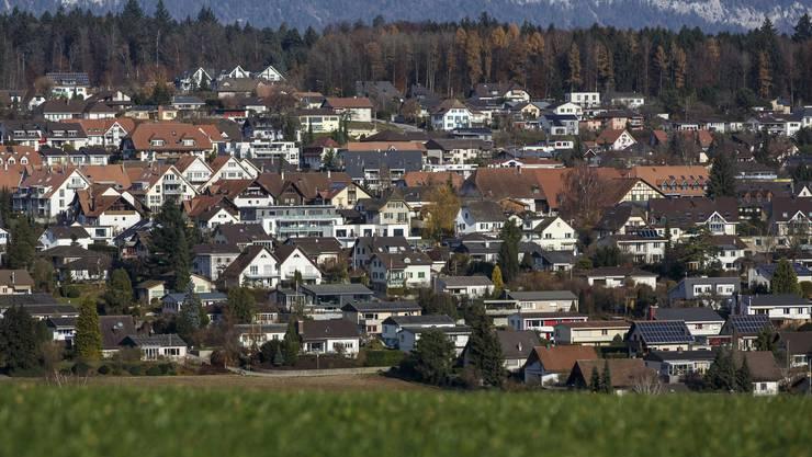 Obwohl in den letzten Jahren verdichtet gebaut wurde, ist Lohn-Ammannsegg immer noch ein Dorf, in dem vorwiegend Einfamilienhäuser stehen.