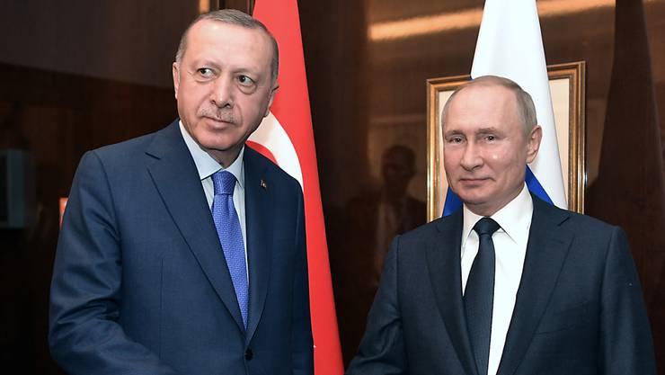 Der türkische Präsident Recep Tayyip Erdogan (links) und der russische Präsident Wladimir Putin werden sich am Donnerstag treffen, um über den Syrien-Konflikt und die Flüchtlingsströme zu beraten. (Archivbild)