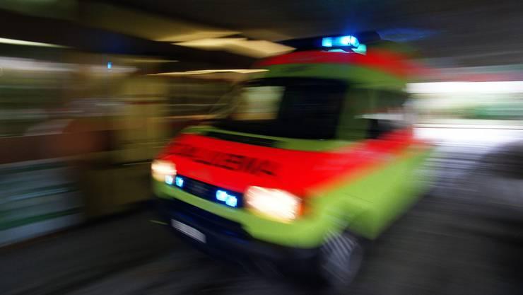 Unfall in Erlenbach: Die verletzte Frau musste nach der Erstversorgung durch ein Ambulanzteam ins Spital gefahren werden (Themenbild).