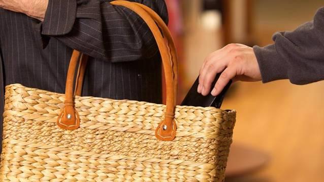 2d121891b5e93 19-Jähriger stiehlt zwei Frauen das Portemonnaie aus der Tasche ...