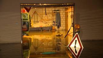 Im Kanton St. Gallen ist es nach starken Niederschlägen in der Nacht auf Mittwoch an mehreren Orten zu Überschwemmungen gekommen. Dabei liefen mehrere Häuser mit Wasser voll und Strassen wurden überschwemmt.