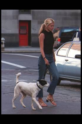 Carolyn Bessette-Kennedy trug sie mit Vorliebe: Naked Sandals in Hauttönen mit feinen Riemchen sind Trend in diesem Sommer