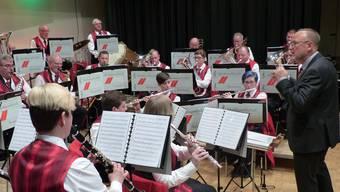 «Fäge muess es»: Ivo Raimann (r.) dirigierte die Musikgesellschaft Hornussen erstmals an einem Jahreskonzert.