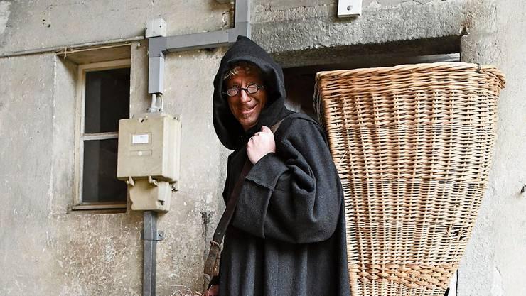 Der Schmutzli ist fleissig und richtet das Hochuli-Haus in Brugg ein.Bild: Janine Müller