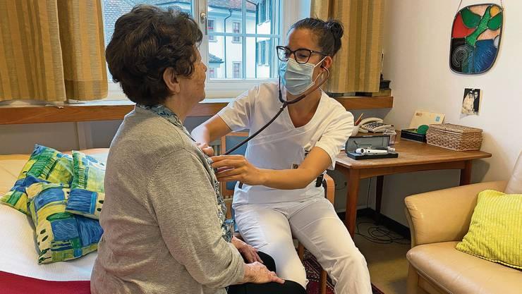 Auszubildende Judith Weiss untersucht eine Patientin.