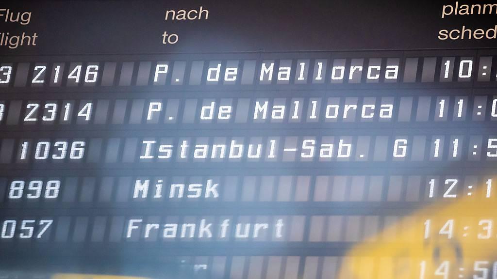 Zwei Abflüge nach Palma de Mallorca sind auf einer Flughafen-Anzeigetafel zu sehen. Foto: Moritz Frankenberg/dpa
