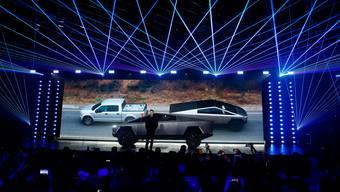 Tesla-Chef Elon Musk nimmt mit seinem neuesten Elektrofahrzeug den Markt für schwere Pickup-Trucks in Angriff. Hier präsentiert er den neuen «Cybertruck». (Bild: Ringo H.W. Chiu/AP (Kalifornien, 21. November 2019))