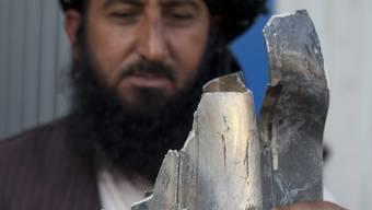 Ein pakistanischer Stammesältester zeigt in Islamabad Überreste der US-Bombe, die mehrere Menschen tötete