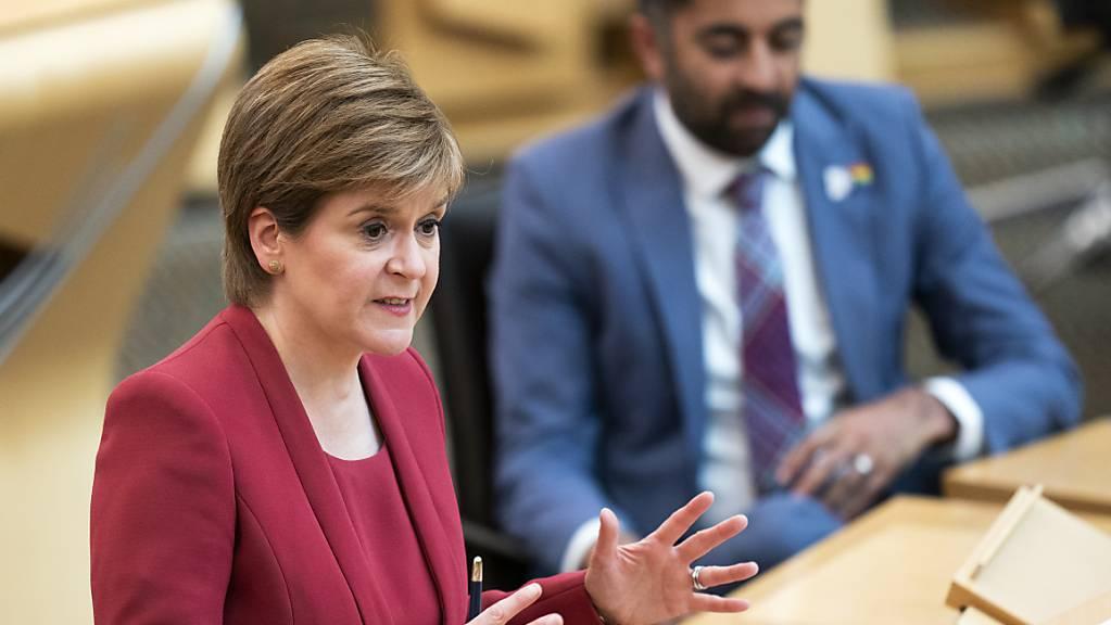 Nicola Sturgeon, Erste Ministerin von Schottland, informiert die Abgeordneten über neue Corona-Maßnahmen zu informieren. Wie in England müssen sich auch die Menschen in Schottland wohl noch länger gedulden, bis weitere Corona-Maßnahmen gelockert werden. Foto: Jane Barlow/PA Wire/dpa Foto: Jane Barlow/PA Wire/dpa