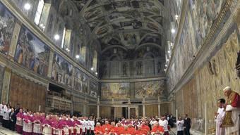 Die Vesper in der Sixtinischen Kapelle mit Papst Benedikt XVI. (ganz rechts)