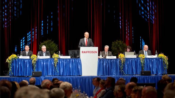 Patrick Binkert, Vorsitzender der Bankleitung darf eine grosse Zahl der Raiffeisenbank-Mitglieder im Tägi begrüssen. zvg