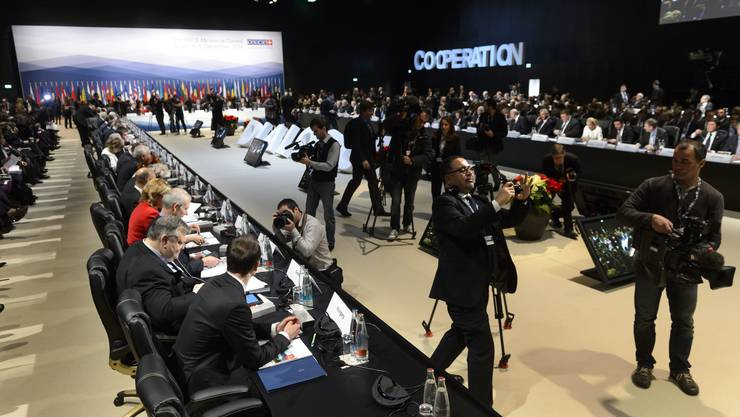 Mitten in Basel wird Weltpolitik gemacht. Am frühen Donnerstagmorgen eröffnete Aussenminister Didier Burkhalter (er sass ganz oben am Tisch), die Ministerratskonferenz.