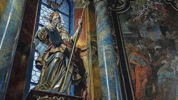 Prominent steht der hl. Erhard als Kirchenpatron im Hochaltar der Barockkirche von Tuggen SZ. In der Gestalt eines Bischofs mit Evangelienbuch.