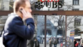 Die Grossbank UBS passt mit der Veröffentlichung der Jahreszahlen ihre Renditeziele nach unten an. (Archiv)