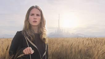 Ein mysteriöser Pin transportiert Casey (Britt Robertson) ins Tomorrowland – eine utopische Stadt der Zukunft, die Teilen des Disneylands nachempfunden ist.