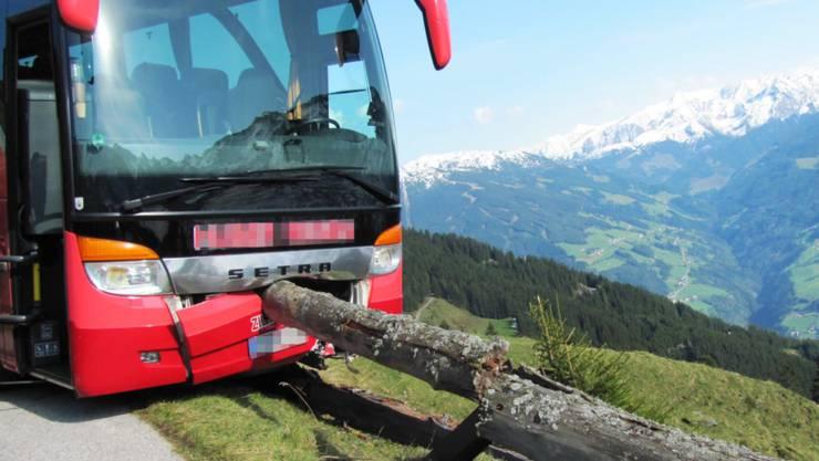 Dank dem Eingreifen eines Touristen ist dieser Reisebus knapp vor dem Abgrund zum Stehen gekommen.