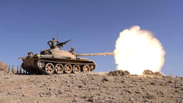 Zum ersten Mal während des mehr als sechsjährigen Krieges in Syrien war eine Gruppe von IS-Kämpfern zur Kapitulation bereit gewesen. Im Bild: Ein Panzer der libanesischen Armee feuert auf Stellungen der Terrormiliz IS.