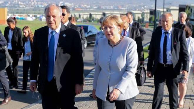 Angela Merkel im Gespräch mit Johann Schneider-Ammann am Asien-Europa-Gipfel in Ulan-Bator. Foto: Keystone