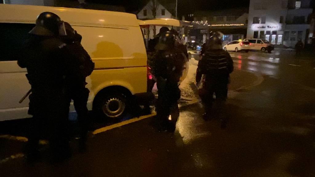 40 Wegweisungen und zwei Festnahmen: Polizeieinsatz wegen Jugendlichen am Bahnhof Einsiedeln