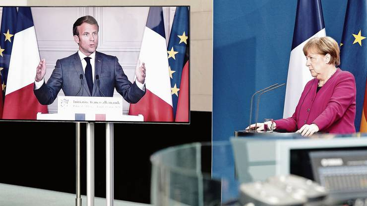 Angela Merkel (r) und Emmanuel Macron (im TV).