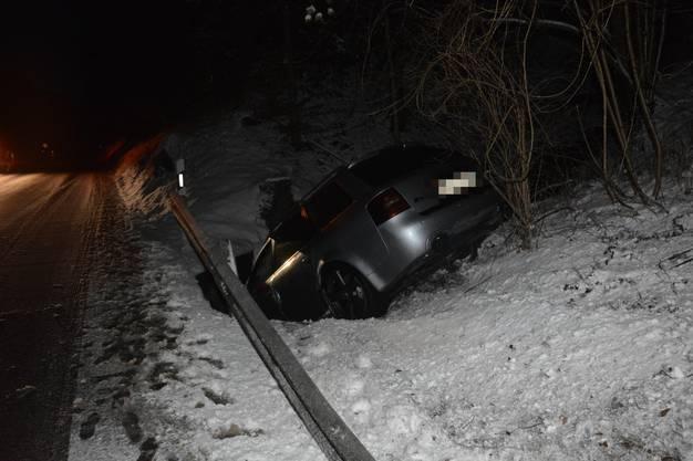 Auf der Baslerstrasse zwischen Balsthal und  Holderbank, gegen 16.45 Uhr, rutschte eine 30-jährige Lenkerin mit ihrem Auto in ein Bachbett.