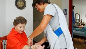 Pflege daheim: Das eigene Umfeld, Hilfe von Angehörigen und Spitex entlasten nicht nur das Portemonnaie von Pflegebedürftigen. (zvg)