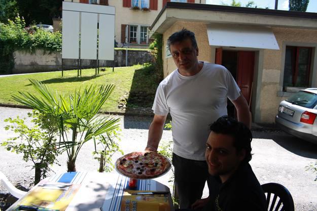 Pizza vom Chef persönlich serviert