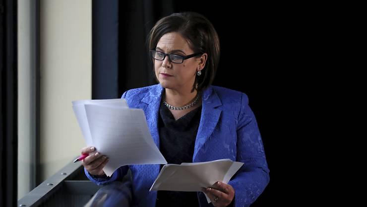 Nach dreijähriger Blockade haben sich die rivalisierenden nordirischen Parteien Sinn Fein und DUP auf die erneute Bildung einer gemeinsamen Regierung verständigt. Das sagte Sinn Fein-Präsidentin Mary Lou McDonald am Freitagabend. (Archivbild)