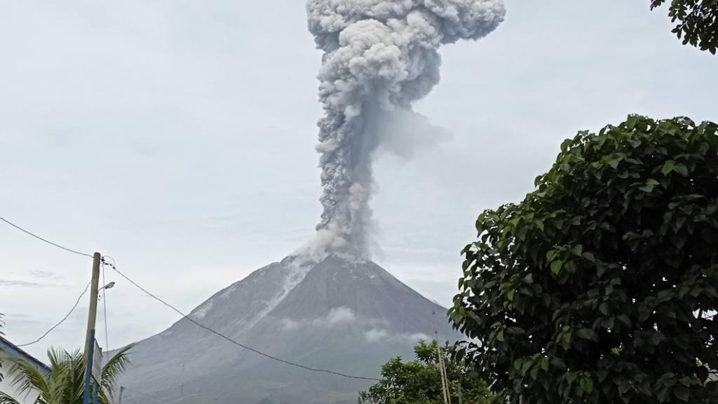 Der Berg Sinabung setzt während eines Ausbruchs in Karo, Nordsumatra, Indonesien vulkanisches Material frei. Der Sinabung ist einer von mehr als 120 aktiven Vulkanen in Indonesien. Foto: Sastrawan Ginting/AP/dpa