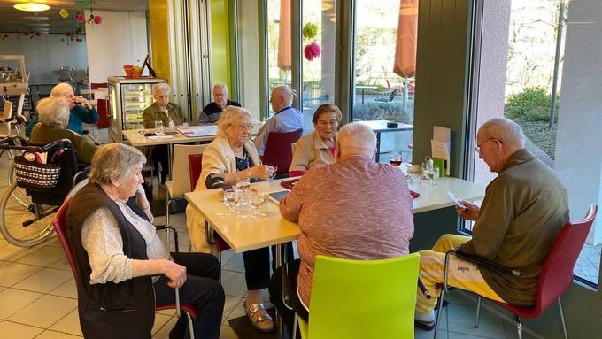 Bewohner des Alterszentrums Kastels treffen sich zum Spielnachmittag in der Cafeteria.
