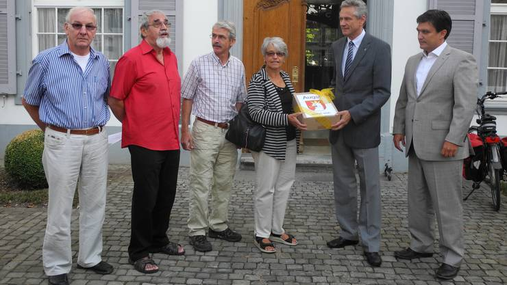 Vor dem Regierungsgebäude in Liestal hat die IG Hauptstrasse Augst die Petition dem Landschreiber Alex Achermann zuhanden der Regierungsrätin Sabine Pegoraro übergeben.