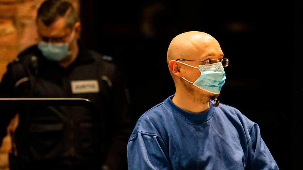 Der Angeklagte Yves R. sitzt im Vorfeld der Urteilsverkündung gegen ihn in der zum Gerichtssaal umfunktionierten Reithalle. Foto: Philipp von Ditfurth/dpa
