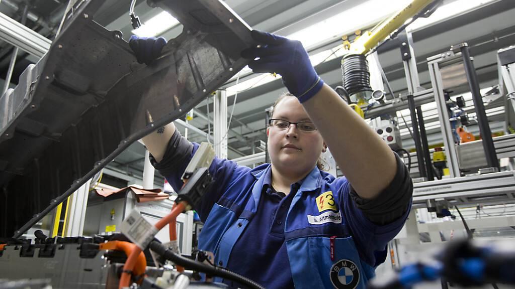 BMW will seine Herstellungskosten stark senken - im Bild die Produktion von elektrischen Fahrmodulen. (Archiv)