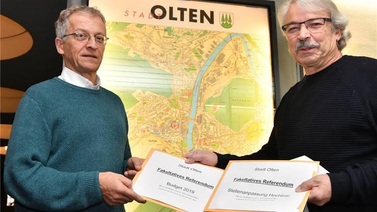 Rolf Sommer (r.) übergibt Stadtschreiber Markus Dietler die beiden Referenden zum Budget 2019 und zur Stelle Hochbau.