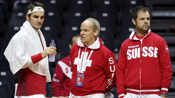 Der Vertrauensarzt. Der Kniespezialist operierte Federer 2016 am Meniskus. Hier mit Federer (l.) und Severin Lüthi (r.) vor dem Davis-Cupfinal gegen Frankreich 2014.