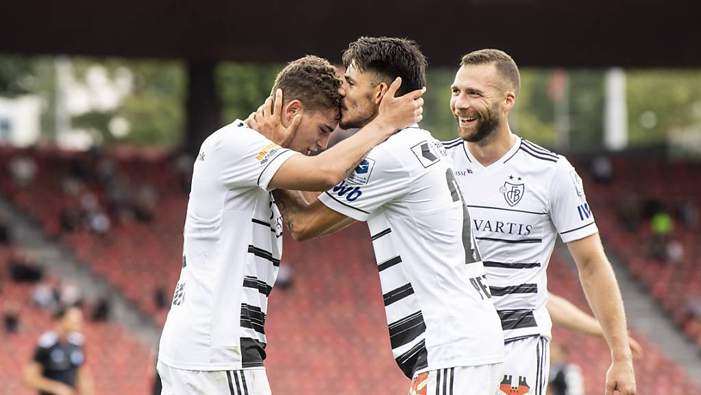Basels Torschütze Sebastiano Esposito (links) lässt sich im Letzigrund beglückwünschen.