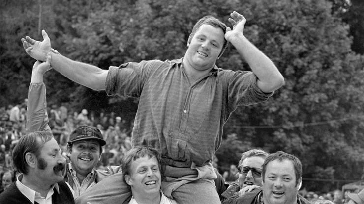 Sennenschwinger Ernest Schläfli, Sieger beim Unspunnen-Schwinget, aufgenommen am 5. September 1976 bei Interlaken. Schläfli gewann den Schlussgang gegen den Turnerschwinger Fritz Uhlmann platt und wird Festsieger.
