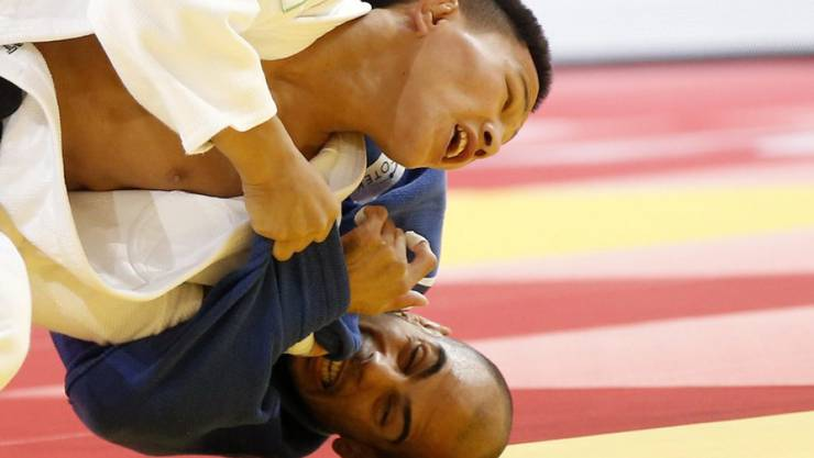Ludovic Chammartin (unten) verliert gegen Tsogtbaatar Tsendochir (oben) und scheidet aus