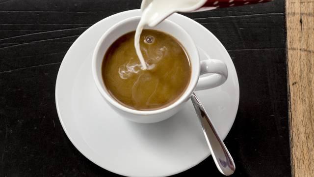 Milch (auch im Kaffee) löst bei manchen Allergien aus