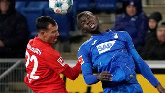 Der Hoffenheimer Ihlas Bebou (links) gegen Iago, Augsburgs Torschützen zum 4:2
