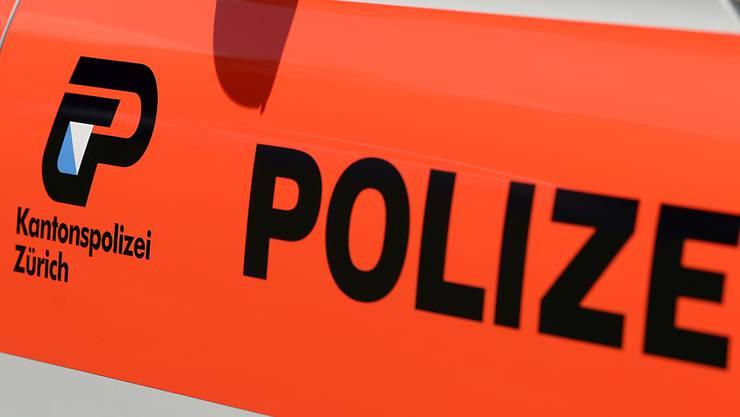 Eine Frau wurde in Regensdorf ZH vom Traktor überrollt und starb.