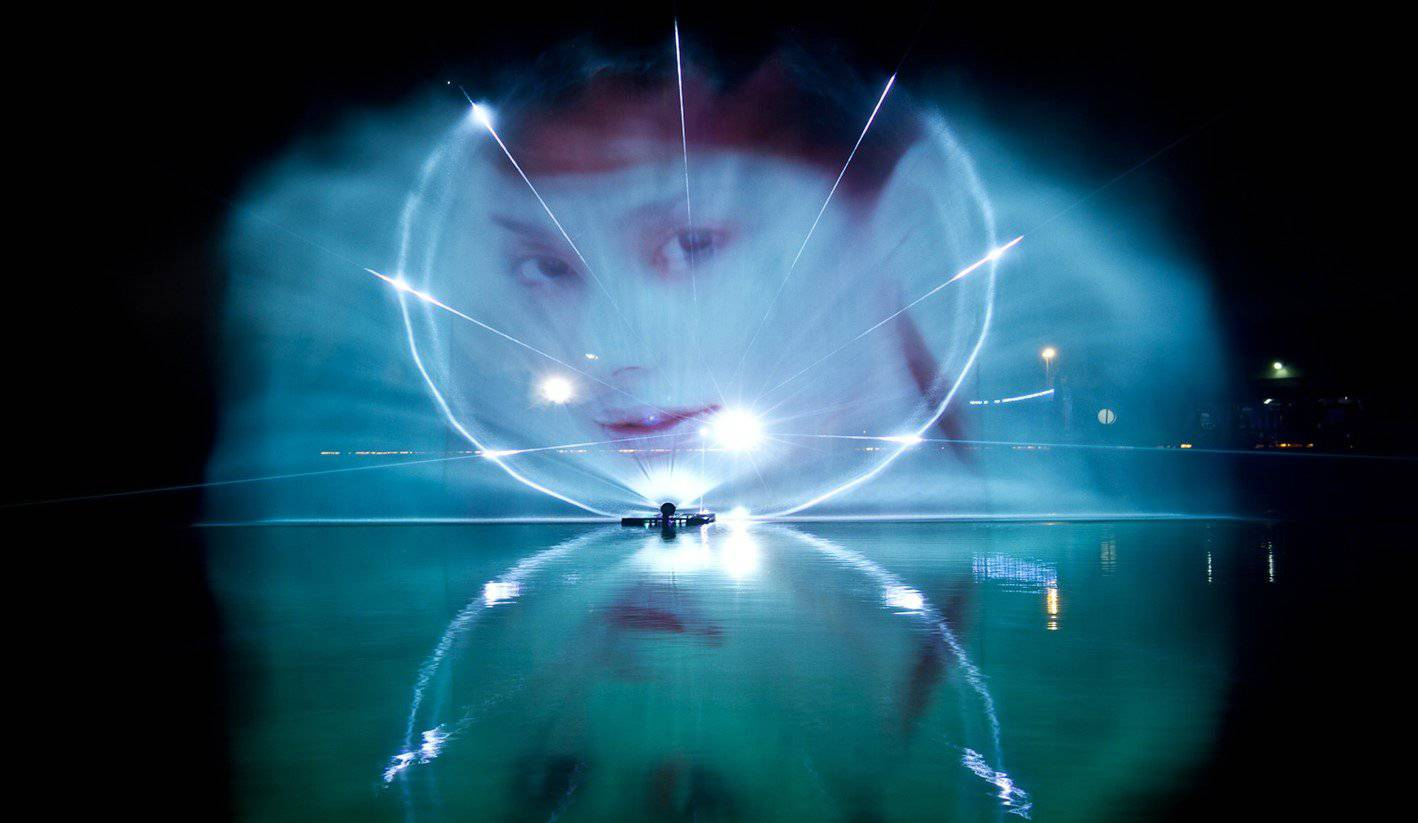 So sieht die Lasershow auf dem See aus.
