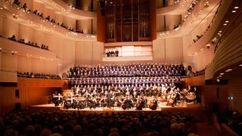 Im KKL führen drei Solothurner Chöre mit Dirigent Markus Oberholzer (kl. Bild)die «Carmina Burana» auf. Fotos: zvg