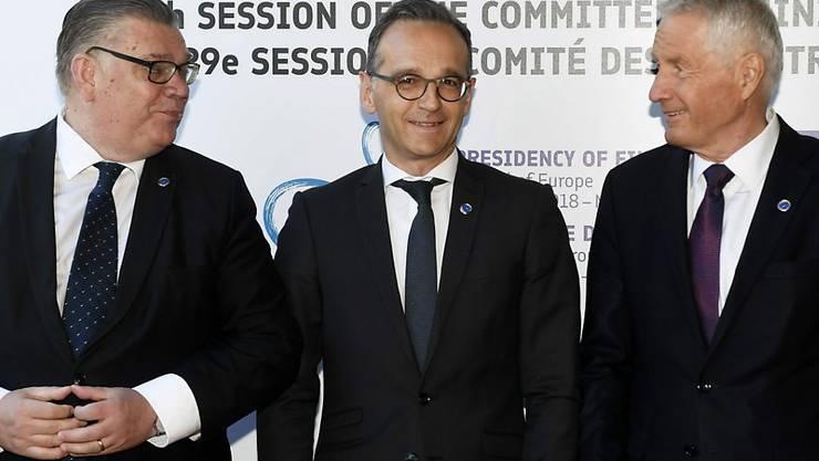 Die Aussenminister von Finnland, Timo Soini (l.) und Deutschland, Heiko Maas (M), sowie der Generalsekretär des Europarates, Thorbjorn Jagland (r.) posieren am Freitag in Helsinki bei einem Aussenministertreffen des Europarates für die Medien. Für die Schweiz nahm Bundesrat Ignazio Cassis teil.