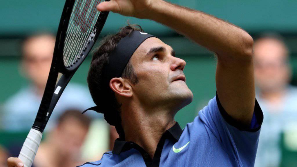 Roger Federer hat den Ball im Blick und den Gegner im Griff.