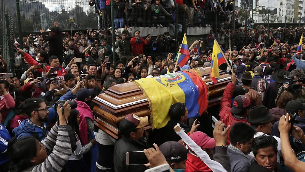 Demonstranten trauern um die indigene Persönlichkeit  Inocencio Tucumbi, der bei Demonstrationen gegen die Streichung von Treibstoffsubventionen ums Leben kam. Die Demonstranten zwangen festgehaltene Polizisten den Sarg zu tragen.  (Foto: Dolores Ochoa/AP Keystone)