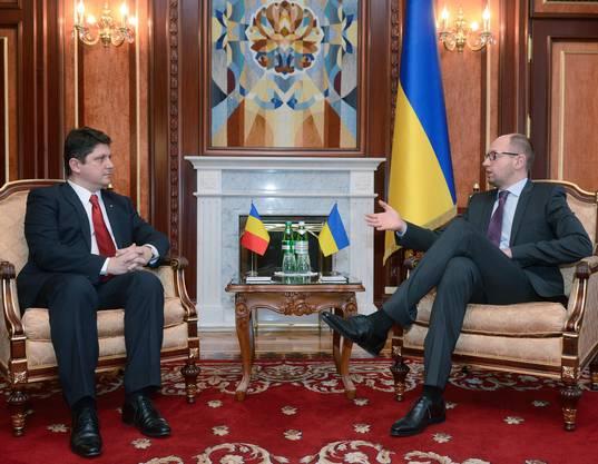 Der Premierminister der ukrainischen Übergangsregierung Arsenj Yatsenuk spricht mit dem rumänischen Ausenminister Titus Corlatean