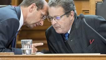 Die Walliser CVP-Ständeräte Jean-René Fournier (rechts) und Beat Rieder stecken am 14. Juni 2017 in der Sommersession der Eidgenössischen Räte die Köpfe zusammen. Es geht wohl einmal mehr um den Wolf.