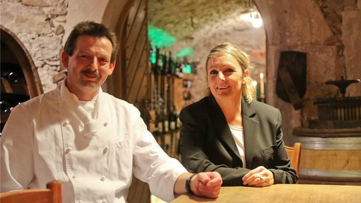 Gastgeber Silvan Degen und Bea Wagner im neuen und begehbaren Weinkeller. Die Gäste können sich dort ihren Wein selbst aussuchen.